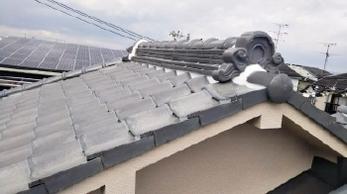 強風で屋根瓦が落ちてきた!?<br>うちの屋根はまだ大丈夫、、と放置し続けていませんか?<br>普段からお手入れされていれば今回のように一部補修で済むケースもありますが、手遅れの状態になると全て葺き替えることもあります。ぜひお早めにご相談ください。