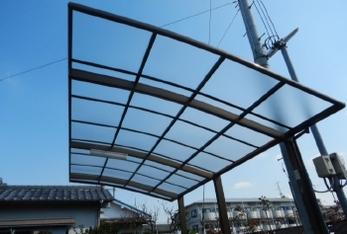 カーポートの屋根が飛んでしまった!!<br>お任せください。今回は屋根板のみ張替え交換事例をご紹介します。<br>ご希望に合わせて屋根板のみ交換もカーポート新設も承っています。ぜひ参考にして下さい。