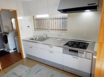 古いキッチンを新しくしたい!作業しやすくしたい!掃除をラクにしたい!<br>そんな希望をかなえてくれる便利で快適な機能がついたシステムキッチンがあります。自分スタイルにカスタマイズして居心地のよい空間をつくりませんか?