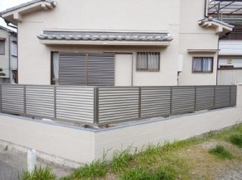 既存のブロック塀に目隠しフェンスをつけたい!とお考えの方におすすめ。<br>ルーバータイプのフェンスなら、風通しよく開放的な空間にしつつ、プライバシーも保護してくれます。ぜひ参考にして下さい。
