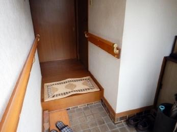 玄関内での動作に不安を感じていませんか?「手すりの設置」が非常に有効です!<br>手すりを設置することで足腰の負担が軽減され、転倒防止にも役立ちます。安全な暮らしをサポートしてくれますよ。<br>(介護保険の住宅改修制度を利用されました)