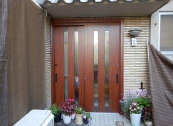 玄関ドアが重くて開けにくい!明るい雰囲気の玄関にしたい!そんなお悩みはありませんか?<br>玄関を変えるだけでお家の雰囲気をガラリと変えることができます!LIXILのリフォーム用ドア「リシェント玄関引戸」交換工事、ぜひ参考にしてください。