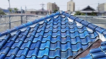 雨漏りの原因になりやすい部分、「谷板金」をご存じですか?<br>雨水を集めるところで、屋根の上にあって見えにくい部分です。台風など雨の多い時期の前に点検しておくことで、雨漏りリスクを減らすことができますよ。