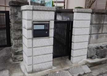 大谷石門柱にひびや傾きがあって取替えたいけれど、どこにお願いすればいいかわからない、、<br>門柱の取替えも行っています!門柱が美しいとお家全体も明るくなって気持ちいいですよ。