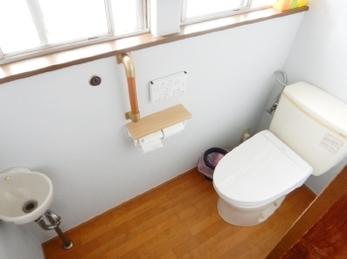 トイレをウォシュレット変えたい!古い小便器を取りはずしたい!トイレが暗くていや、、そんな悩みを解決しませんか?<br>少し変えるだけで、ガラリと変わります。トイレリフォーム施工事例(ウォシュレット交換&クロス張替)です。