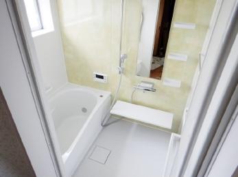 在来工法のタイル張り浴室から、ユニットバスへのリフォーム事例です。<br>冬の冷たいお風呂にお悩みの方はいらっしゃいませんか?こんなに違うの!?と驚く、一歩目から快適なお風呂にしませんか。<br>■TOTO システムバスルーム サザナ施工工事