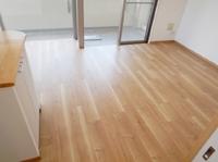 お部屋の床が傷んで変色している、、浮いたりめくれたりしている、、でもどうしたらいいのかなぁ。。<br>それなら、フロアを張替えませんか?お部屋の雰囲気がガラリと変わりますよ!今回のように引っ越し前のリフォームもおススメです。
