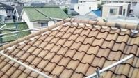 台風の時期になると気になる屋根。瓦が飛散する原因のひとつに「ビスの浮き」があります。今回はビスの浮きから生じた丸瓦のズレの補修工事(丸瓦の葺き直し)をご紹介します。