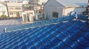 屋根の点検とメンテナンス、定期的に行っていますか?<br>瓦自体はほとんど劣化しませんが、瓦を固定している漆喰は風雨や紫外線にさらされて時間とともに劣化します。近年増えている気象災害に、私たちは備えることしかできません。お気軽にご相談ください。