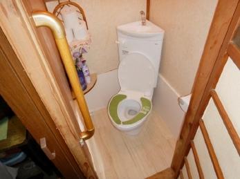 体が不自由でトイレに行くのがつらい、、一人だと不安、、こんなお悩みをお持ちの方はいらっしゃいませんか?<br>和式トイレから洋式トイレへのリフォーム&手すり設置を行いました。トイレは1日に何回も使用する場所なので快適な空間にしたいですね!