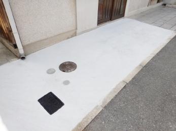 玄関前アプローチが凸凹でつまづかないか心配、、量水器ボックスの蓋が割れた、、そんなお悩み解決します!<br>量水器ボックスは設置状況によって適したものが異なります、ぜひご相談ください。