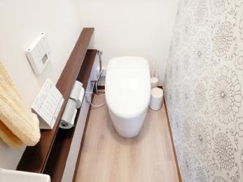 トイレリフォームにおすすめ、TOTO ネオレスト「ワンデーリモデル」の事例です。壁のクロスは柄に初挑戦!ということでしたが、まるでおしゃれなカフェのトイレのように素敵に仕上がりました。