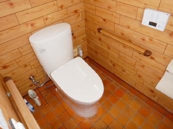 トイレのシャワーの調子が悪い、、そろそろ交換時期かな、、という方にぴったり。TOTO ピュアレストEX(手洗なし)交換工事事例です。