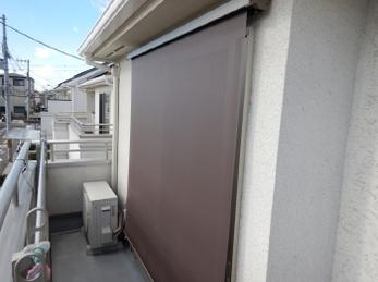 窓からの強い日差しを上手に抑えませんか?近年、室内でも熱中症の心配が取り上げられています。三協アルミ「外付けロールスクリーン ラクシェード」取付け例をご紹介します。