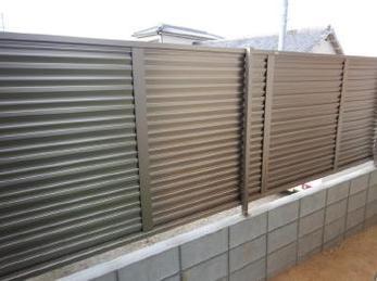古いブロック塀、見た目はしっかりしてそうでも実は危ない!ということがあります。ブロックとフェンスを組み合わせた塀にリフォームした事例です。