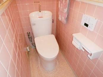トイレの便器交換と床の張替えリフォーム事例です。今回は入口の段差解消のため、床のかさ上げ工事も行いました。