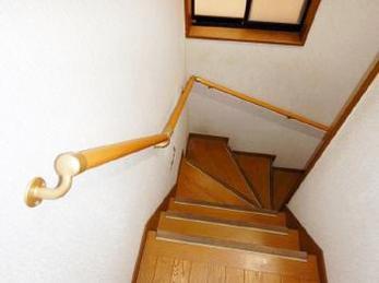 階段手すり取付け工事を行いました。<br>近年、お子様や高齢者がいらっしゃるお家以外でも、安全性を高めるために階段手すりを取付けるお家が増えています!