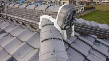 屋根の鬼瓦が落ちそう!?ズレてる??放置したままだど、落下事故につながるかもしれません。屋根補修工事事例をご紹介します。