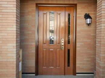 玄関がキレイだと気持ちいいですよね!玄関扉の開閉は問題ないけれど、塗装が剥げてきた、、というお客様からご依頼いただいた玄関塗装工事事例です。
