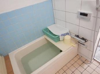 古いお風呂の調子が悪い!とお困りの方はいらっしゃいませんか?今回は浴槽の入れ替え、電気温水器の交換をご紹介します。