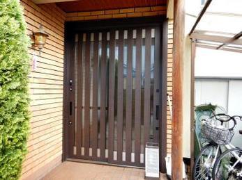玄関引戸ひとつで住まいの印象は大きく変わります!今回は和風から和モダンの玄関へ1dayリフォーム。