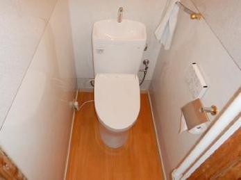 お使いのトイレはどんな種類(タイプ)ですか?今回は「一体型トイレ」から、最も普及している「組み合わせ便器」への取替え事例を紹介します。