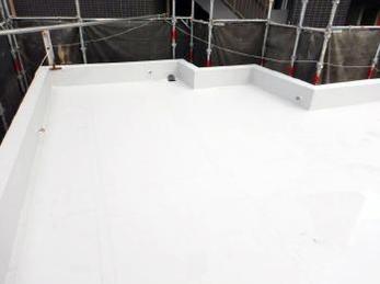 雨漏りしやすい場所といえば、屋上やベランダ。今回は屋上の防水工事を「シート防水」という工法で行いました。