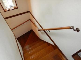 階段の上り下りに不安を感じ始めていませんか?折り返し階段の手すり取付け工事事例です。