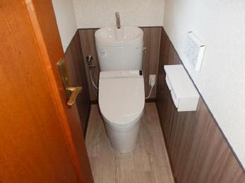 TOTO ピュアレストEX取付け工事事例です。トイレ交換と同時に腰壁も設置し、おしゃれな雰囲気に仕上がりました!