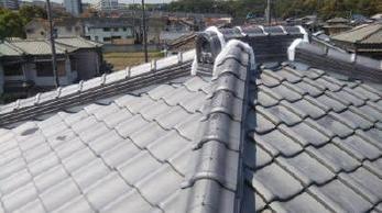 瓦のズレ直しと漆喰詰め直し工事を行いました。ご自宅の屋根、見たことありますか? 台風が来てからでは遅いです。重症化する前にメンテナンスすれば、お家にもお財布にも負担が軽くてすみます。