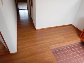 玄関や廊下の床の張替えリフォームをお考えの方!手軽な重ね張り工法の事例をご紹介します。