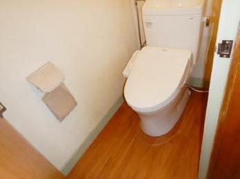 古く冷たいトイレでお悩みの方、新しく交換しませんか?暖かいのはもちろん、機能も色々選べますよ!