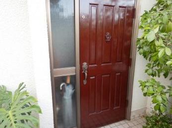 木製玄関ドアの塗装をご存じですか?外観の美しさはもちろん、キズや汚れなどにも強くなります!
