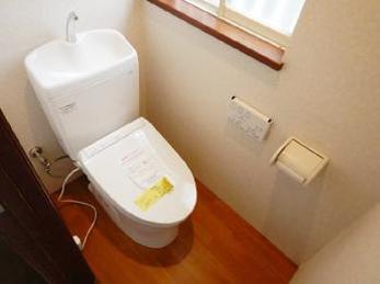 トイレ本体と床を変えるだけでイメージがガラリ!1日に何度も使用する場所なので、気持ちいい空間にしたいですね。