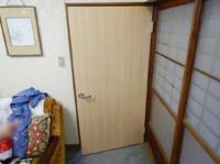 ドアが古くて開け閉めしにくい!ドアの交換時期かもしれません。木製ドアからレバーハンドル付き木製ドアへの交換事例です。
