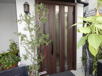 玄関ドアをたった1日でリフォームできます!玄関のお悩みを解消して、毎日をもっと快適にしませんか。