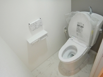 トイレ交換と壁・天井・床のクロス張替えをしました。壁にアクセントカラーを使った事例です。